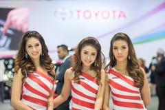 Niet geïdentificeerd model met de auto van Toyota bij de Internationale Motor Expo 2015 van Thailand Stock Foto