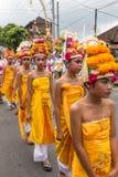 Niet geïdentificeerde Balinese jonge kunstenaars die voor Galungan-viering in Ubud, Bali voorbereidingen treffen Stock Afbeelding