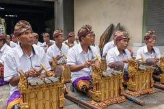 Niet geïdentificeerde Balinese mensen die traditioneel Balinees gamelan muziekinstrument spelen stock fotografie