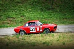 Niet geïdentificeerde bestuurders op een uitstekende raceauto van Lancia Fulvia Royalty-vrije Stock Foto's