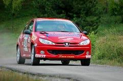 Niet geïdentificeerde bestuurders op rood uitstekend Peugeot 106 raceauto Stock Afbeelding