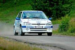 Niet geïdentificeerde bestuurders op wit uitstekend Peugeot 106 raceauto Royalty-vrije Stock Foto's