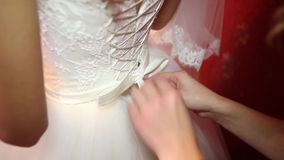 Niet geïdentificeerde bruid die voor de huwelijksceremonie voorbereidingen treffen stock videobeelden