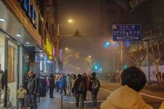Niet geïdentificeerde Chinese Mensengang aan de dijk Shanghai China stock foto's