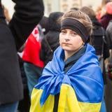 Niet geïdentificeerde deelnemers tijdens demonstratie op Hoofdvierkant tegen de moord van protesteerders in Kiev stock fotografie
