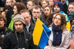 Niet geïdentificeerde deelnemers tijdens demonstratie op Hoofdvierkant, tot steun van Onafhankelijkheid Ukrainein stock foto