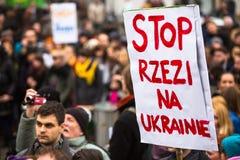 Niet geïdentificeerde deelnemers tijdens demonstratie tot steun van Onafhankelijkheid Ukrainein en tegen de moord in Kiev stock afbeelding