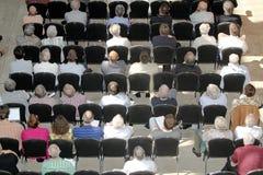 Niet geïdentificeerde deelnemersmensen die op wetenschappelijk confer luisteren royalty-vrije stock fotografie