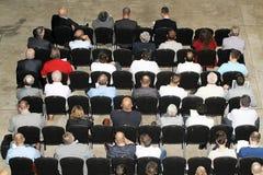 Niet geïdentificeerde deelnemersmensen die op wetenschappelijk confer luisteren Stock Foto