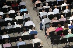 Niet geïdentificeerde deelnemersmensen die op wetenschappelijk confer luisteren Stock Foto's