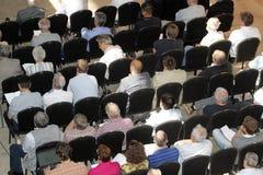 Niet geïdentificeerde deelnemersmensen die op wetenschappelijk confer luisteren Stock Fotografie