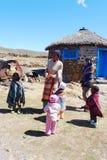 Niet geïdentificeerde familie bij Sani-Pas, Lesotho bij hoogte van 2 874m stock foto