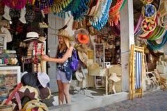Niet geïdentificeerde gelukkige vrouwelijke toerist in een handcraft Stock Afbeelding