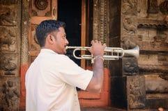 Niet geïdentificeerde Indische mens met een bugel, binnenplaats van de Virupaksha-tempel royalty-vrije stock foto's