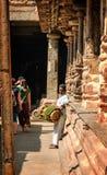 Niet geïdentificeerde Indische mens met een trommel die zich in de binnenplaats van de Virupaksha-tempel bevinden Stock Foto