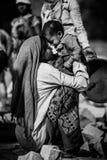 Niet geïdentificeerde Indische vrouw met kind zoals die in Jaipur wordt gezien Werkende Indische moeder royalty-vrije stock foto's