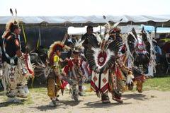 Niet geïdentificeerde Inheemse Amerikaanse dansers bij NYC Pow wauw in Brooklyn stock fotografie