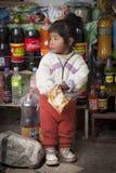Niet geïdentificeerde inheemse kinderen in het kleine dorp van San Pedro de Tiquina op het Titikaka-meer, Bolivië - Zuid-Amerika royalty-vrije stock fotografie