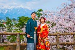 Niet geïdentificeerde Japanse mistroostigheid en bruid bij Hirosaki-park royalty-vrije stock foto