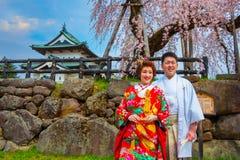 Niet geïdentificeerde Japanse mistroostigheid en bruid bij Hirosaki-park stock afbeeldingen