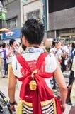Niet geïdentificeerde jonge mensen die aan Tenjin Matsuri, Osaka, J deelnemen royalty-vrije stock foto's