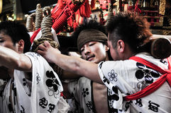 Niet geïdentificeerde jonge mensen die aan Tenjin Matsuri, Osaka, J deelnemen royalty-vrije stock fotografie