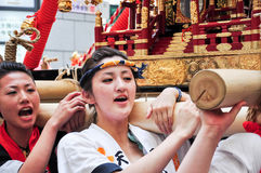 Niet geïdentificeerde jonge vrouwen die aan Tenjin Matsuri, Osaka deelnemen, Stock Afbeelding