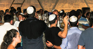 Niet geïdentificeerde Joodse mens die op ceremonie van Simhath Torah bidden Tel Aviv Stock Foto