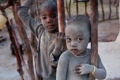 Niet geïdentificeerde kinderen Himbas Stock Afbeeldingen