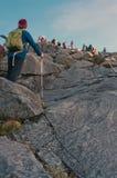 Niet geïdentificeerde klimmer die sleep overgaan tot de top van Onderstel van Kinabalu Royalty-vrije Stock Foto