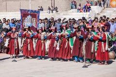 Niet geïdentificeerde kunstenaars in Ladakhi-kostuums royalty-vrije stock foto