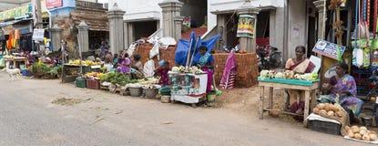 Niet geïdentificeerde landelijke mensen voor hun huis bij dorp, een Indische landelijke scène royalty-vrije stock afbeeldingen