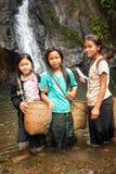 Niet geïdentificeerde leuke Aziatische meisjes dichtbij tropische waterval laos Royalty-vrije Stock Fotografie