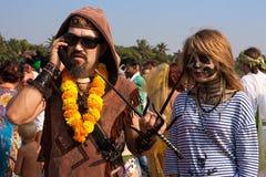 Niet geïdentificeerde man en vrouw in Carnaval-kostuums bij het jaarlijkse festival, Arambol-strand, Goa, India, 5 Februari, 2013. Royalty-vrije Stock Afbeeldingen