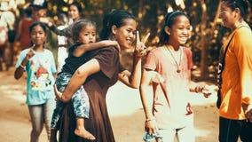 Niet geïdentificeerde meisjes met kinderen van Cambodjaanse glimlach Stock Afbeelding