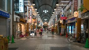 Niet geïdentificeerde menigte die bij Asakusa-Tempelmarkt voor herinneringen bij de tempel van Asakusa Sensoji in de avond Tokyo, royalty-vrije stock foto's