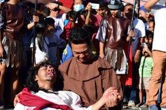 Niet geïdentificeerde mens die in de rol schreeuwen die van de medelijdenbenadering Jesus Christ spelen stock foto