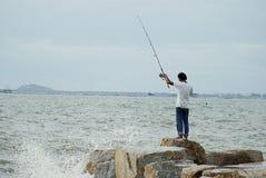 Niet geïdentificeerde mens die met het grote golf bespatten vissen Royalty-vrije Stock Afbeeldingen