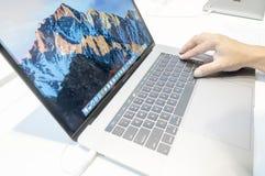 Niet geïdentificeerde mens die nieuw Apple Macbook gebruiken Pro Stock Fotografie