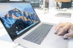Niet geïdentificeerde mens die nieuw Apple Macbook gebruiken Pro Royalty-vrije Stock Fotografie