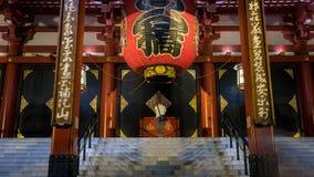 Niet geïdentificeerde mens die onder de grote rode lantaarn van de tempel van Sensoji Kannon Asakusa in Tokyo, Japan bidden stock foto's