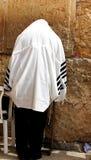 Niet geïdentificeerde mens die in tefillin bij de Loeiende muur bidden (Westelijke muur) Stock Afbeelding