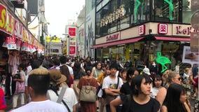 Niet geïdentificeerde mensen bij Takeshita-straat in Harajuku, beroemd van Japanse cosplay straatmanier, Tokyo, Japan stock footage