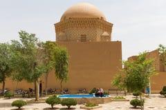 Niet geïdentificeerde mensen die in een oud vierkant in de oude stad van Yazd rusten Stock Afbeelding