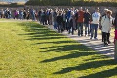 Niet geïdentificeerde mensen die omhoog een rij vormen voor Royalty-vrije Stock Foto