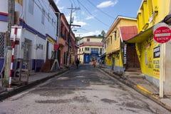 Niet geïdentificeerde mensen die op de kleurrijke straten van de Haven van de binnenstad Antonio, Jamaïca lopen stock afbeelding