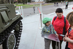Niet geïdentificeerde mensen die op militaire voertuigen Tunguska letten Royalty-vrije Stock Afbeeldingen
