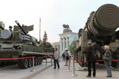 Niet geïdentificeerde mensen die op militaire voertuigen Tunguska, s-300 letten Stock Afbeelding