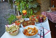 Niet geïdentificeerde mensen die traditioneel Italiaans voedsel in openluchtrestaurant in Trastevere-district eten royalty-vrije stock afbeeldingen
