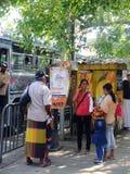 Niet geïdentificeerde mensen die zich op de straat in Colombo-stad, Sri Lanka bevinden Stock Afbeelding